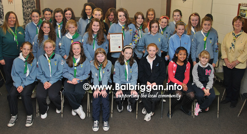 Tara pictured in the centre with her cert and the girl guides from Buion Realt na Mara